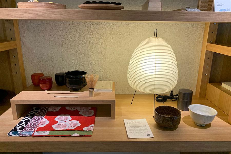 「みまる道具店」に並ぶ「川端滝三郎商店」の抹茶茶わんや茶筌。お抹茶や和菓子を買って来て、部屋で茶会を楽しみたくなる