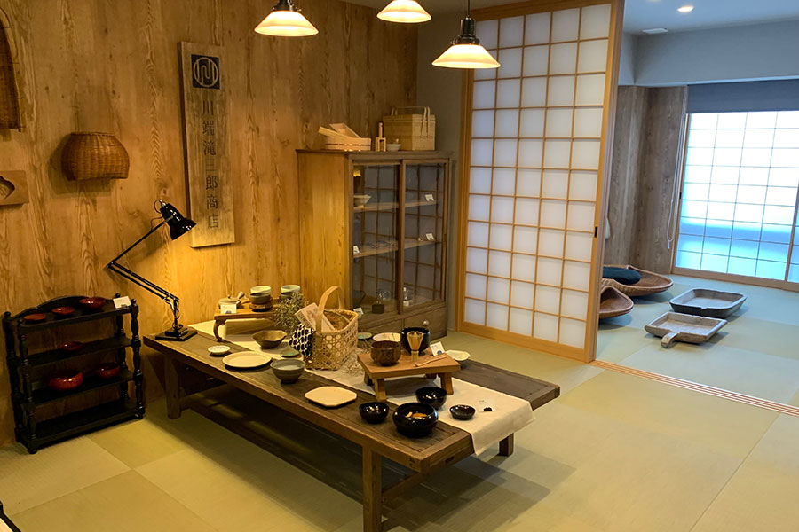 「プレミアムルーム」1003号室。「川端滝三郎商店」ならではの暮らしの道具を楽しみながら宿泊でき、こちらは和室。まるでギャラリーのように器や家具、道具が並んでいる