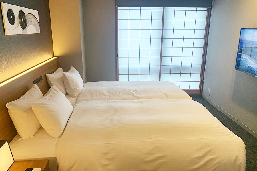 4名で宿泊できる「スーペリア2ベッドルーム スイートハイフロア」リビング、キッチンもあり