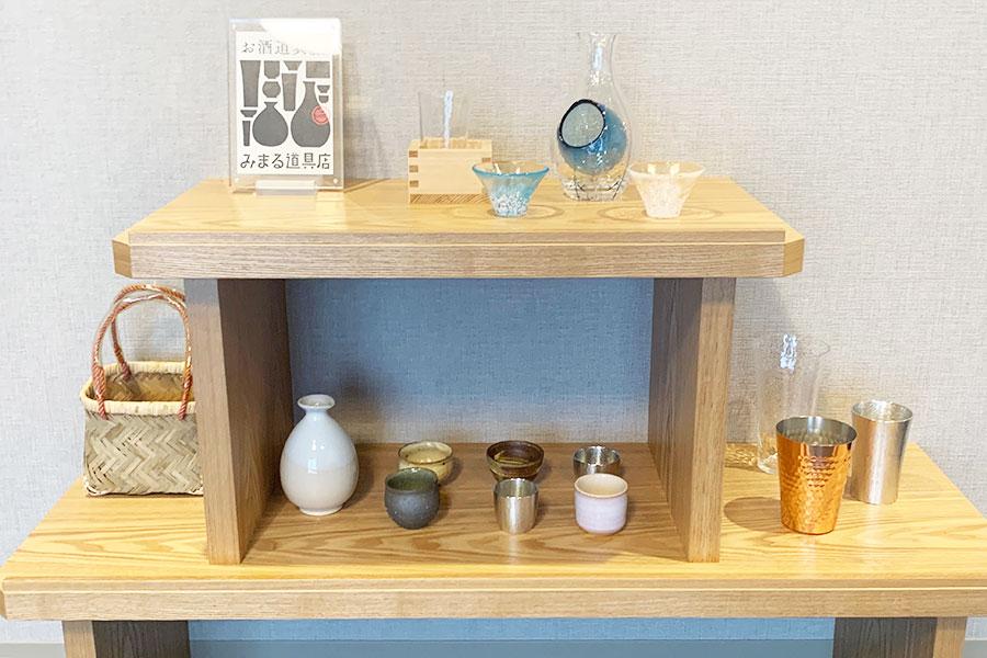 1階のロビーにある「みまる道具店」で選んだ食器などは、客室の棚に用意してくれる