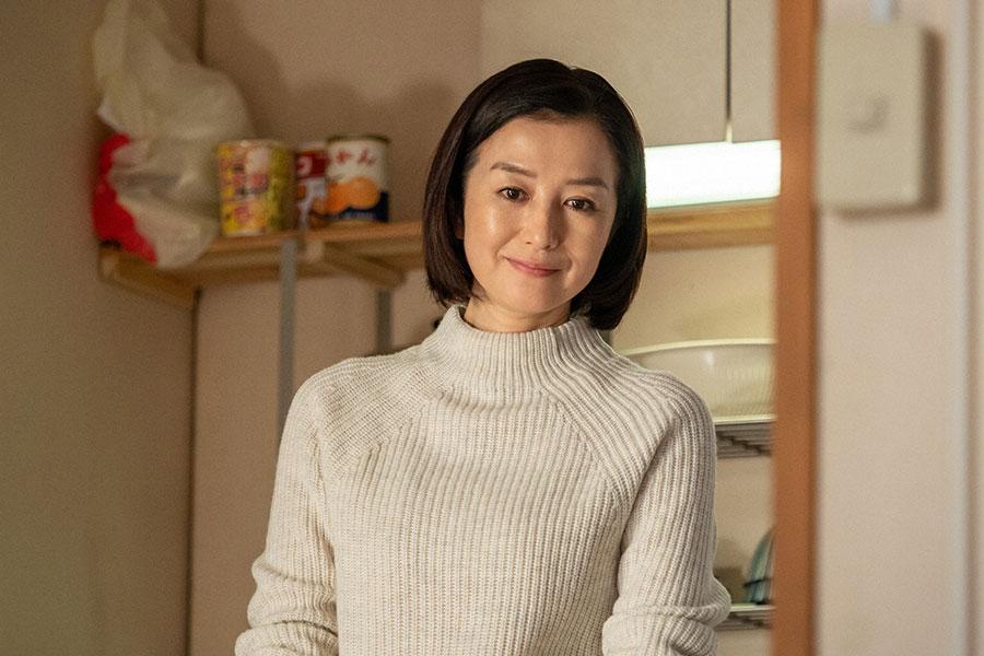 微笑む亜哉子(鈴木京香)(C)NHK