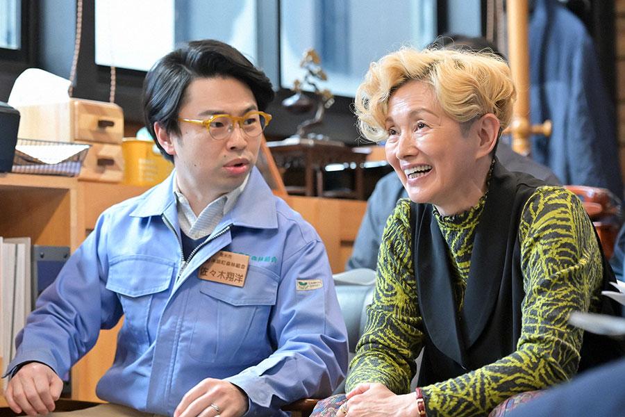 佐々木課長(浜野謙太)とサヤカ(夏木マリ)(C)NHK