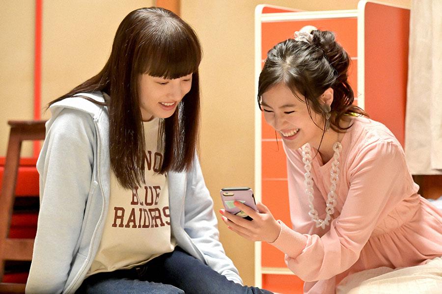 スマートフォンの画面を見て談笑する百音(清原果耶)と明日美(恒松祐里)(C)NHK