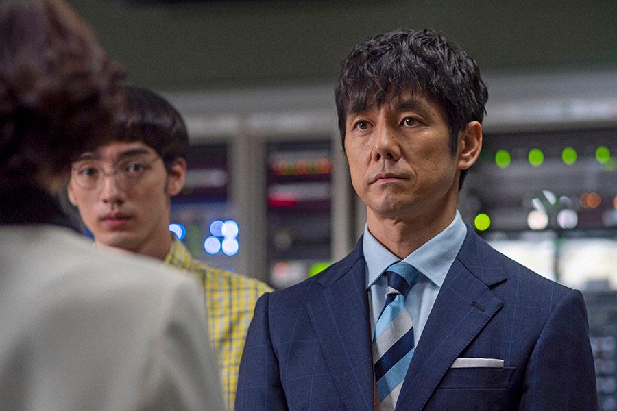 キャスターの朝岡(西島秀俊)(C)NHK