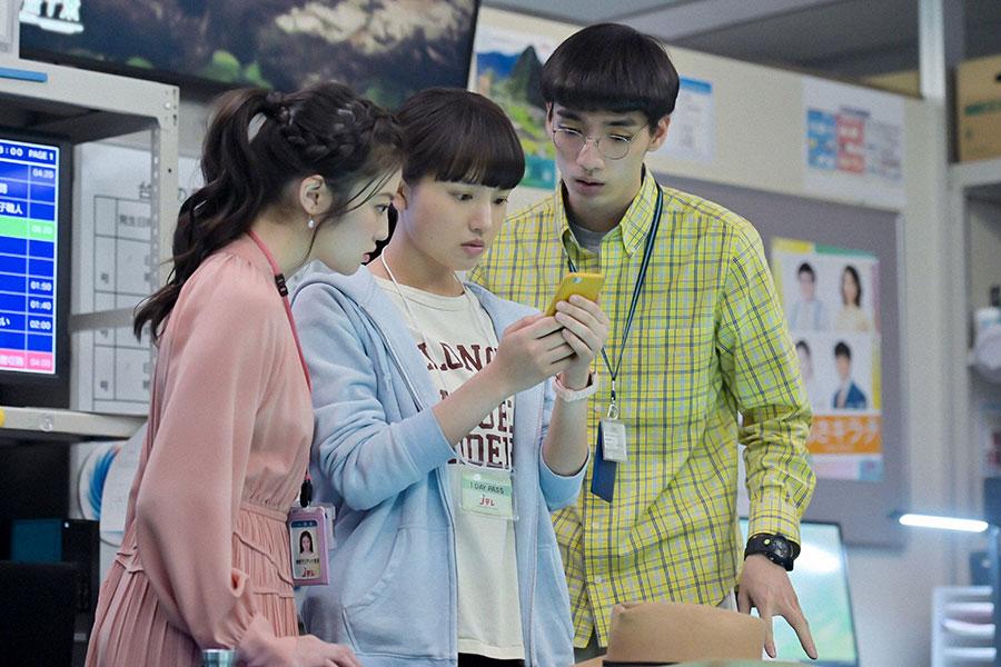 スマートフォンを見ながら思案する莉子(今田美桜)、百音(清原果耶)、内田(清水尋也)(C)NHK