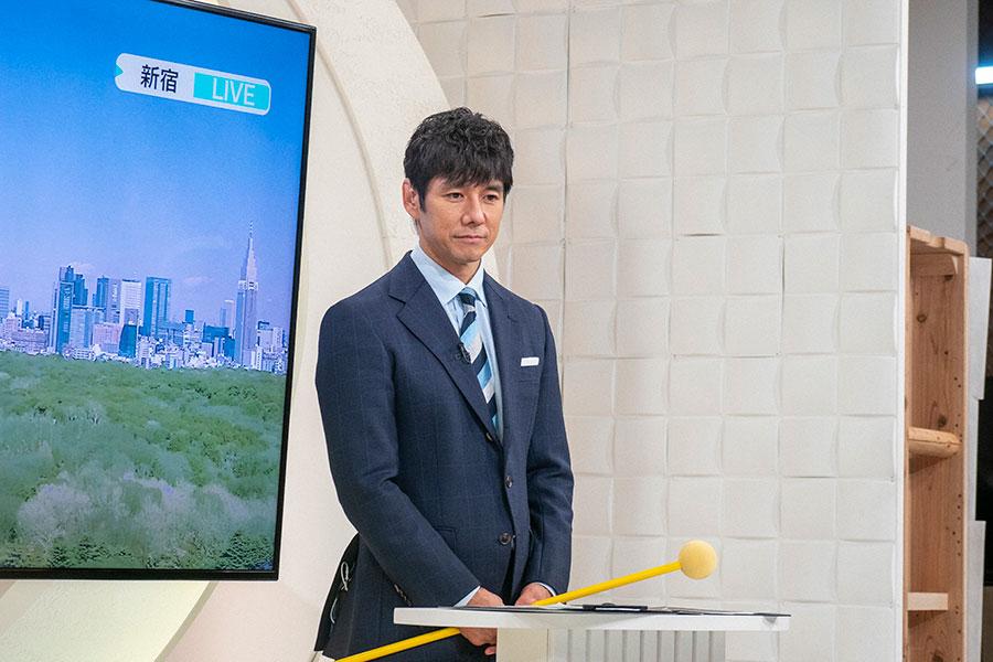 中継画面を見つめるキャスター・朝岡(西島秀俊)(C)NHK
