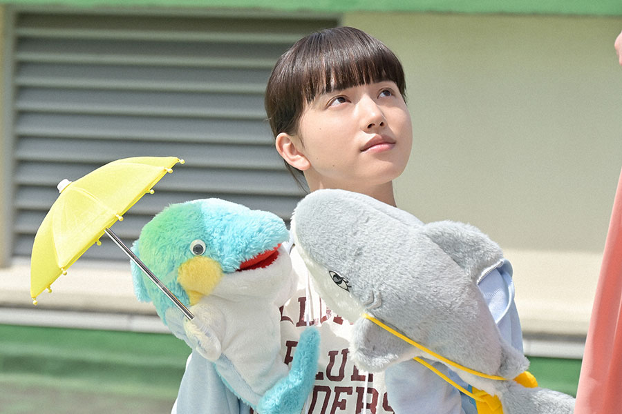 パペットを両手に持ち待機する百音(清原果耶)(C)NHK
