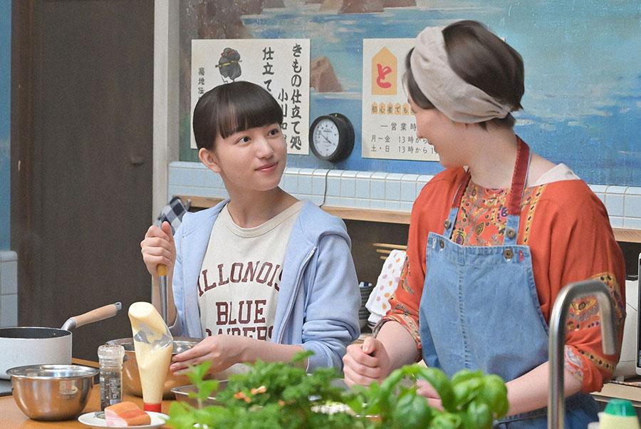 食事を作る百音(清原果耶)と大家の菜津(マイコ)(C)NHK