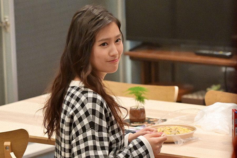 夕食を食べる明日美(恒松祐里)(C)NHK