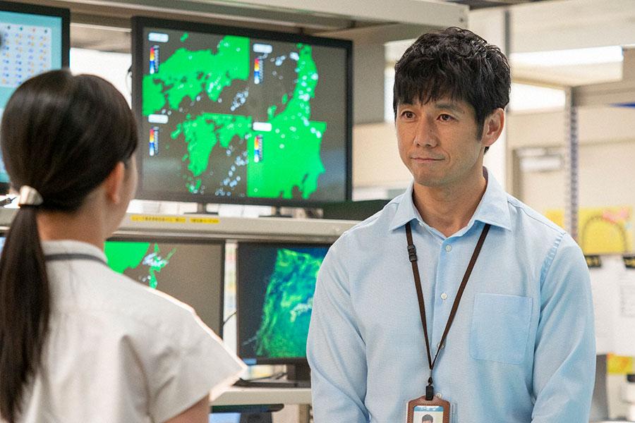 百音を見つめる朝岡(西島秀俊)(C)NHK