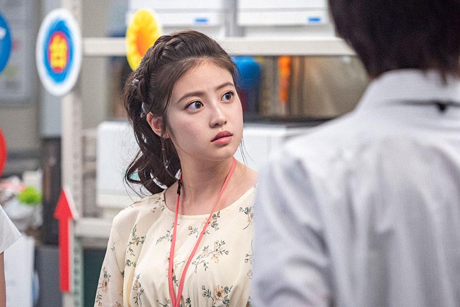 百音と中継コーナーを担当する莉子(今田美桜)(C)NHK