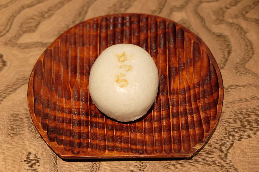 敷地内の井戸水で北海道産小豆を炊いた、あっさりとしたこしあんと薄皮の素朴な組み合わせが創業以来人気「かつら饅頭」(200円)※物販限定
