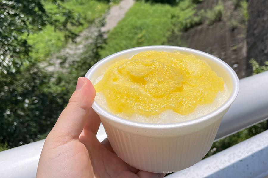 サクサク、フワッフワの名物かき氷。7月限定の「パイナップル氷」(600円)や定番の「宇治ミルク金時」(450円)のほか、ソフトクリームなど10種以上が持ち帰りできる
