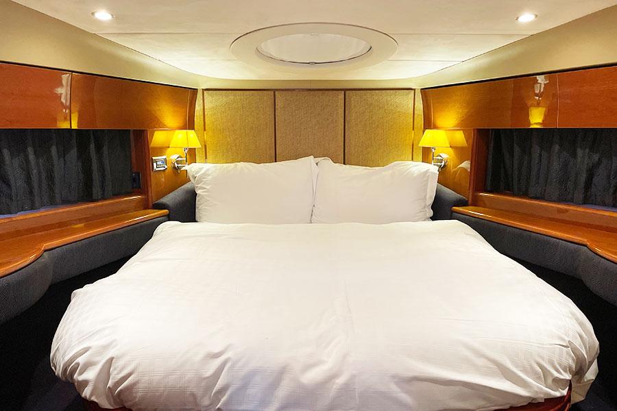 メインベッドルームはまるで高級ホテルのよう。シャワーとトイレと洗面化粧台付き