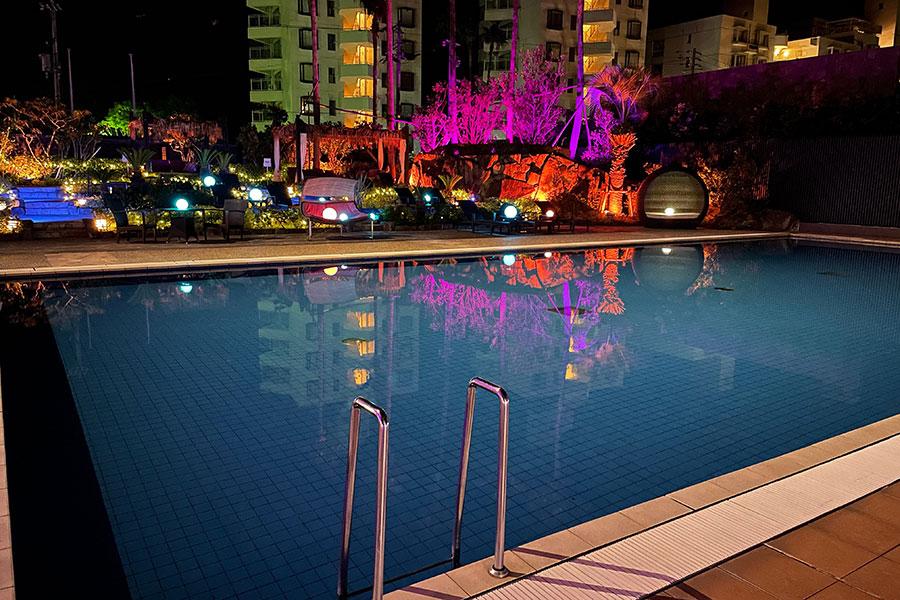 夏は7時から22時までオープンする屋外プール(9月中旬まで)やエクササイズルームにカフェ&バー、キッズルームも