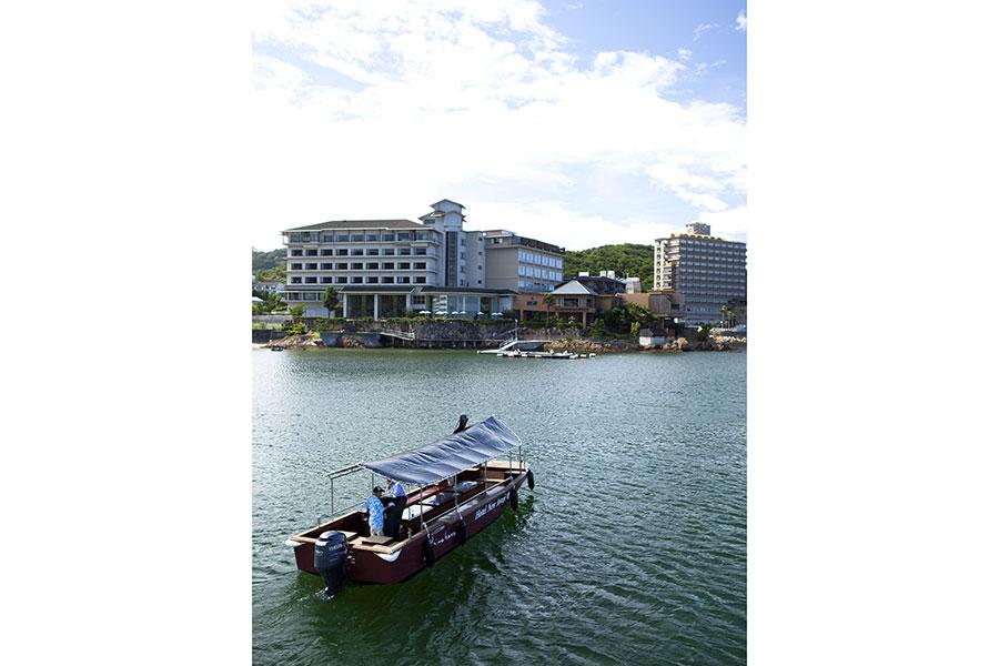 クルーザーが停泊する「海のホテル島花」内の温泉だけでなく、グラスボート(写真)で対岸にある洲本温泉の同グループホテル旅館に渡り、3つの温泉の湯めぐりもできる