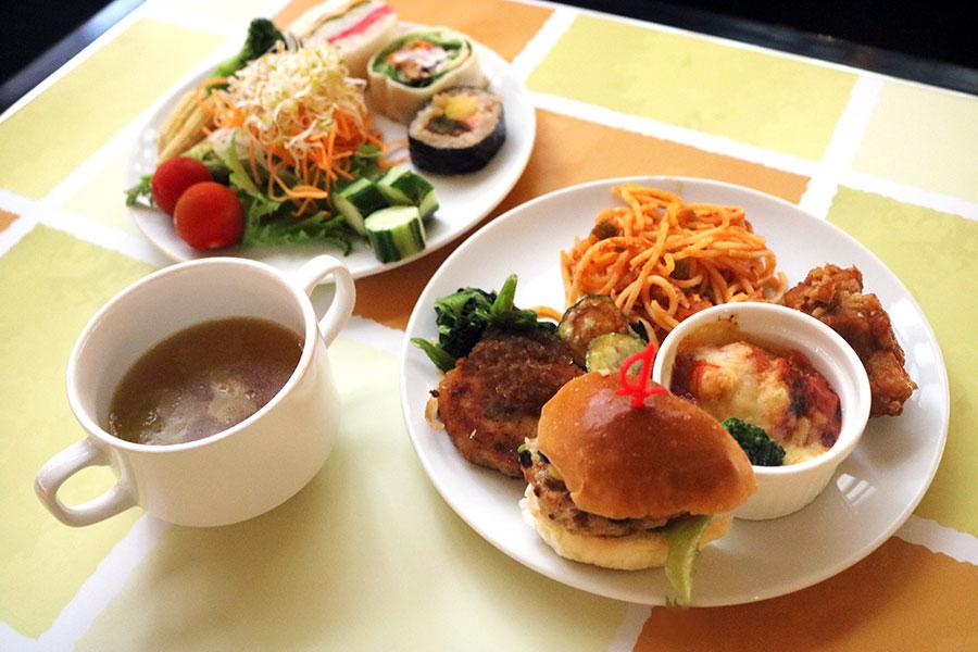 カレーやサンドイッチなどの軽食が充実しているのも特徴