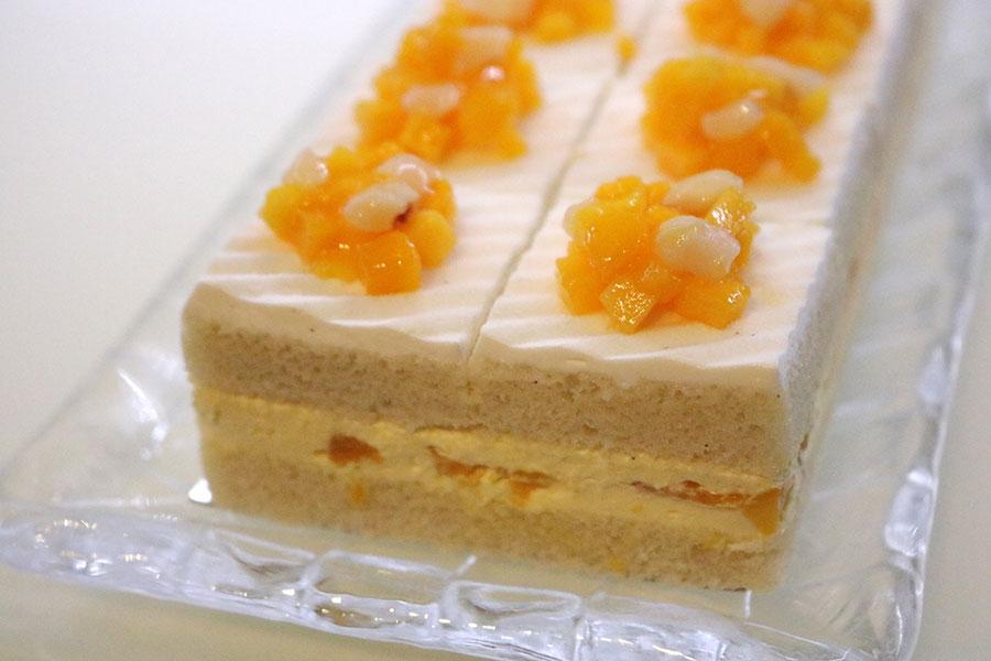 「新エクストラスーパーマンゴーショートケーキ」は、豆乳を使った植物性クリームを使用することで、フルーツの味わいがより引き立つ