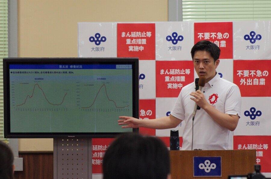 第5波の状況について説明する吉村洋文知事(7月28日・大阪府庁)