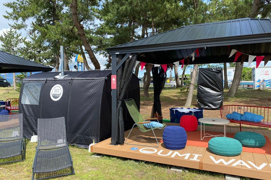 ターフの近くに設置されているテントサウナ(左側)。アロマ水でロウリュを楽しむこともでき、暑くなったら湖水でひんやり