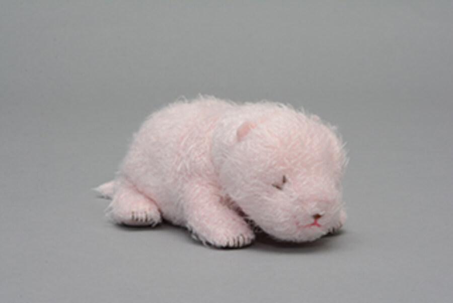 ジャイアントパンダ「シャンシャン」の生後2日をモデルにしたぬいぐるみ「ほんとの大きさパンダの仔 147g」。生後10日をモデルにした「284g」、20日をモデルにした「608g」もある (C)(公財)東京動物園協会