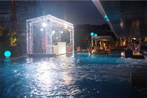 2年連続市内の海水浴場閉鎖、神戸でにぎわうナイトプール