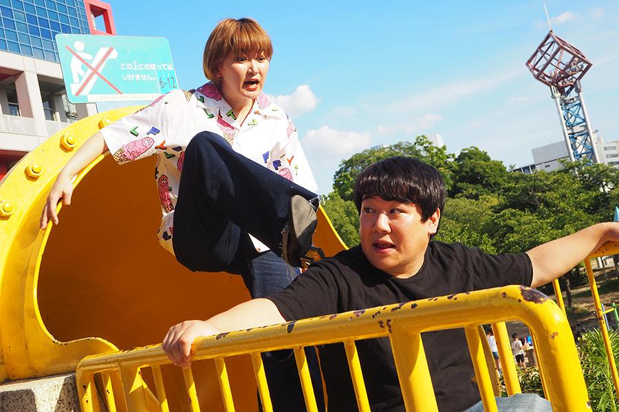 自身の誕生日である7月24日に、個人YouTubeチャンネル『うんこチャンネル』を始動したニシダ(右)