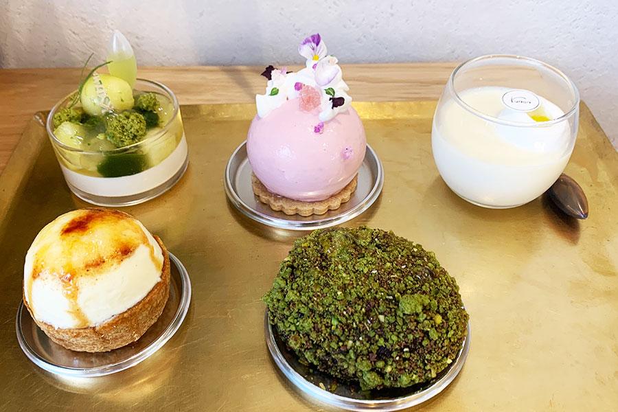 オススメの生菓子。手前左から「宝さがし」「禅」、「翡翠」、「花かざり」「白(シロ)」