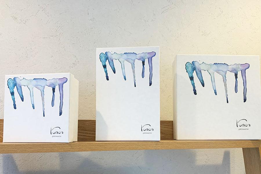 店のコンセプトは、「ひさしのようにお客様がほっと一息つける気軽に立ち寄れるお店」。パッケージのロゴデザインはひさしに垂れた雨をイメージ
