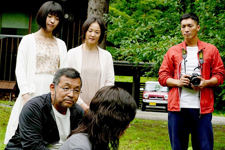 地元・北海道に戻り、温かい家族と元同級生に迎えられた未央 (C)吉本興業