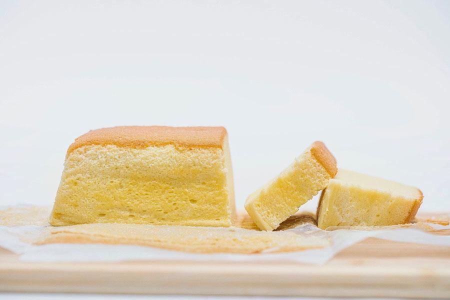 和歌山市の2店舗でも定番の台湾カステラは隠し味に岩塩を使用。プレーン700円、マンゴー750円