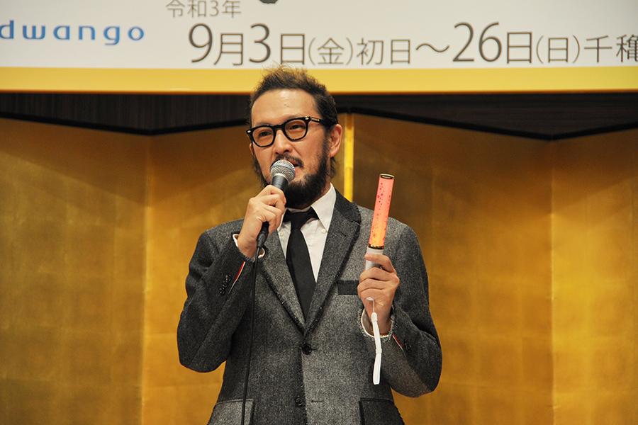 手に持つオリジナルのペンライトは、コロナ対策で大向うや掛け声をかけられないのを考慮して、6種類の声が出る仕様に (17日・大阪市内)