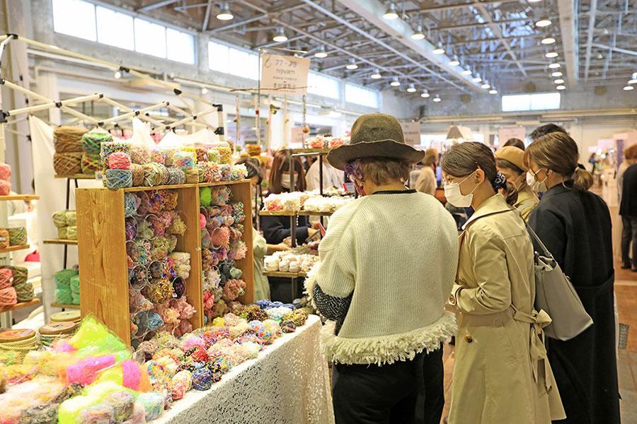 編み物用の糸なども、珍しいものがそろう