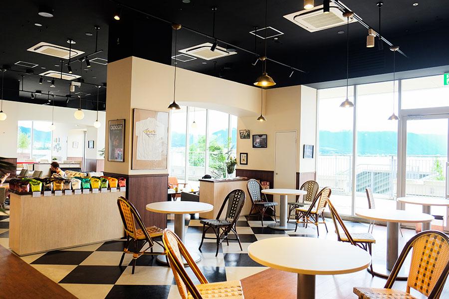 ゆったりとした店内にはソファやカウンター席あり。店内から望む琵琶湖の絶景とともに味わいたい