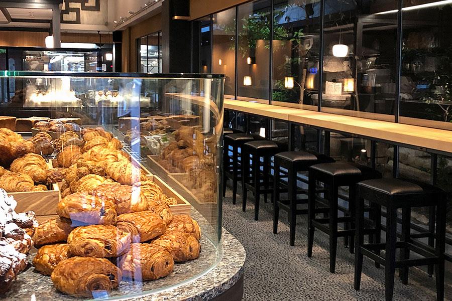 エントランスには約50種のパンやペイストリーが並ぶ