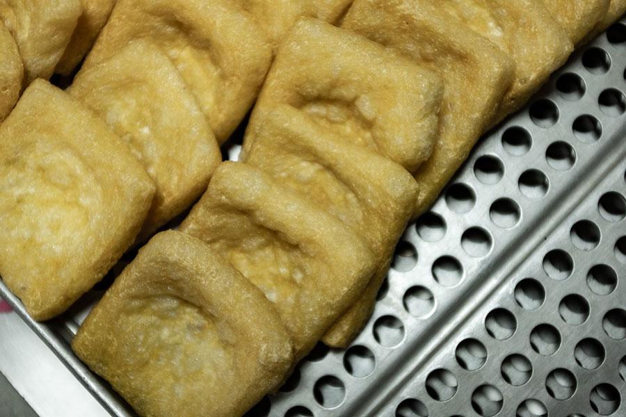 「嵯峨豆腐森嘉」がつくる上質な油揚げ。油の鮮度にもこだわり、大豆の風味がしっかりと残っているのが特徴