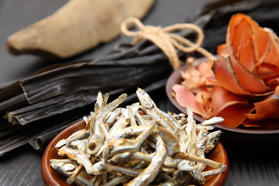 北海道産真昆布、鯖節、鰯節で出汁を取り、しっかりと油揚げに染み込ませている