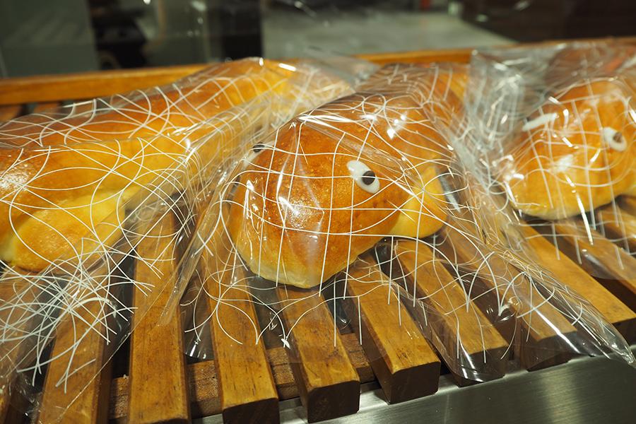 つぶらな瞳でパン売り場に佇む