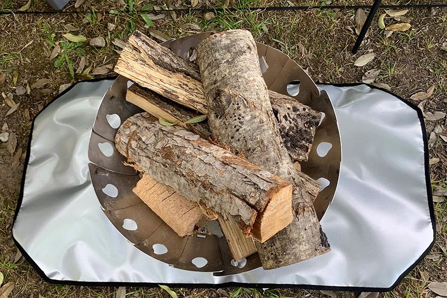 アメリカから輸入したヴィンテージのシャトル織機で織り上げたアルバートンという生地を使ったシリーズ。「かなりヘビーなうちの定番キャンバス素材で、裏加工なしでも自立するほど。新作のバッグは薪を持ち運びする用で、焚き火をする人におすすめです」。こちらは、肩掛けで薪が運べて、芝生に焦げ跡を残さないための敷物にもなる優れもの。アルバートン キャンバス ファイヤーウッドバッグ9680円/AS2OV、バルカン焚き火台M19800円/MINIMAL WORKS