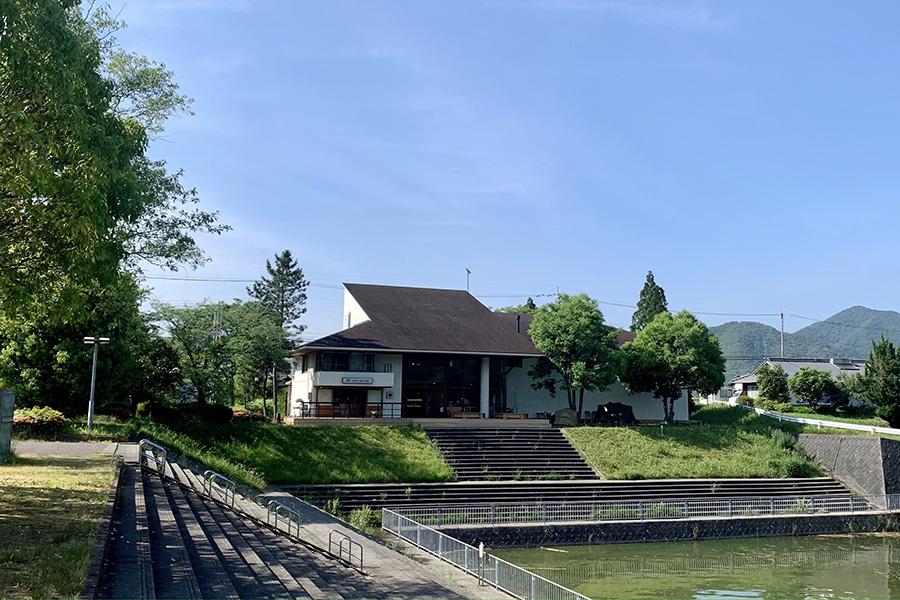 神戸・三田の湖畔で絶景、ビギナーにも人気のアウトドア専門店