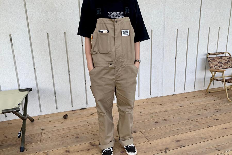 スタッフの制服、オーバーオールも販売。色違いで黒もあり。着用はポケットの間口が小さめのアウトレット品。早いもの勝ち。20900円/UNBY