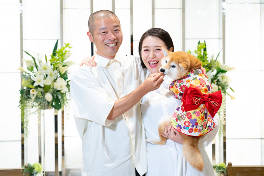 結婚を発表した山名文和(左)と宇都宮まき(ラフ&ピースニュースマガジンより)