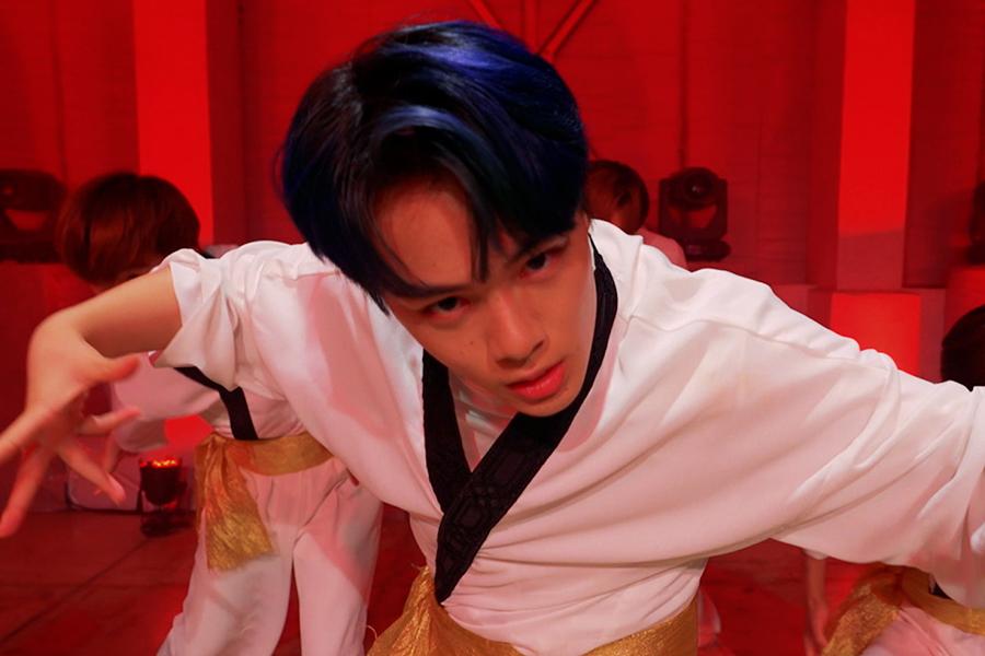 力強いダンスで魅了する鶴房汐恩 (C)LAPONE ENTERTAINMENT(『ラフ&ピース ニュースマガジン』より)