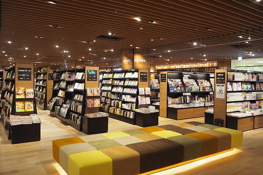 店内には購入前の書籍をゆっくり検討できるソファもところどころに