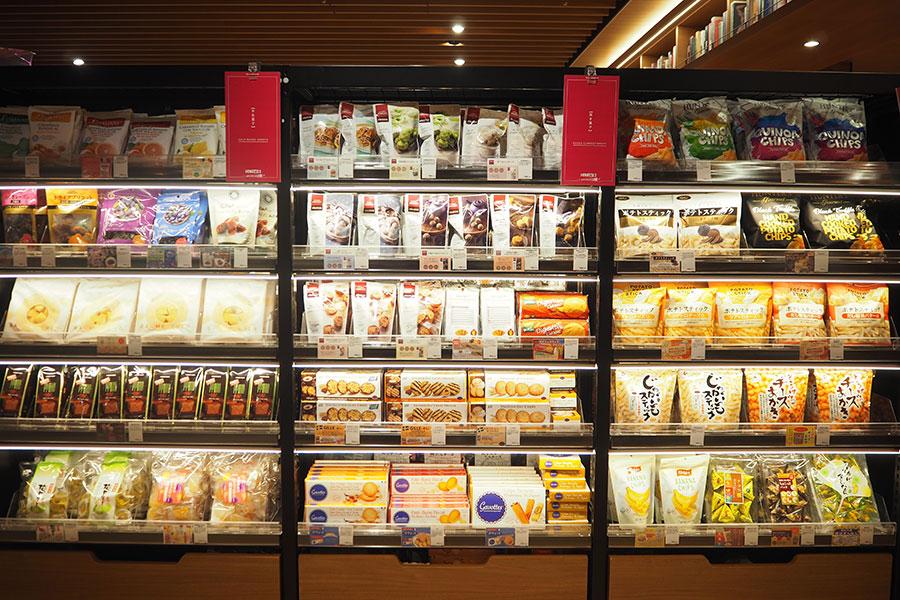 「成城石井」セレクションのお菓子など、食料品もずらり