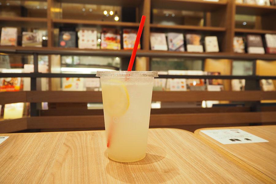 併設のカフェ「ル・ガラージュ」の、72時間かけて作られる自家製レモネード(473円)