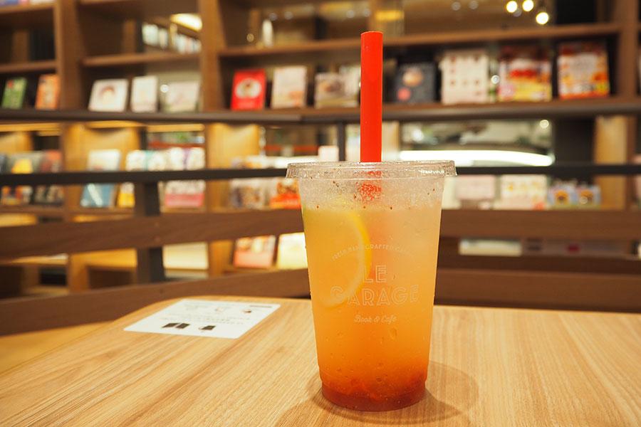 併設のカフェ「ル・ガラージュ」で味わえる、同店限定の「ストロベリーレモネード」(550円)は8月30日までの期間限定