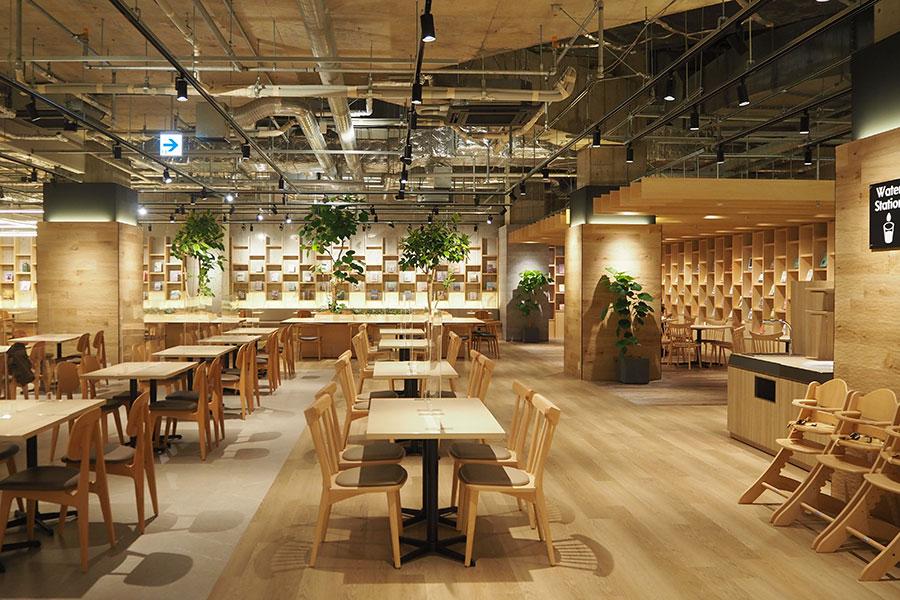 フードホールは149席と広々。購入前の書籍を持ち込んで食事を楽しめる