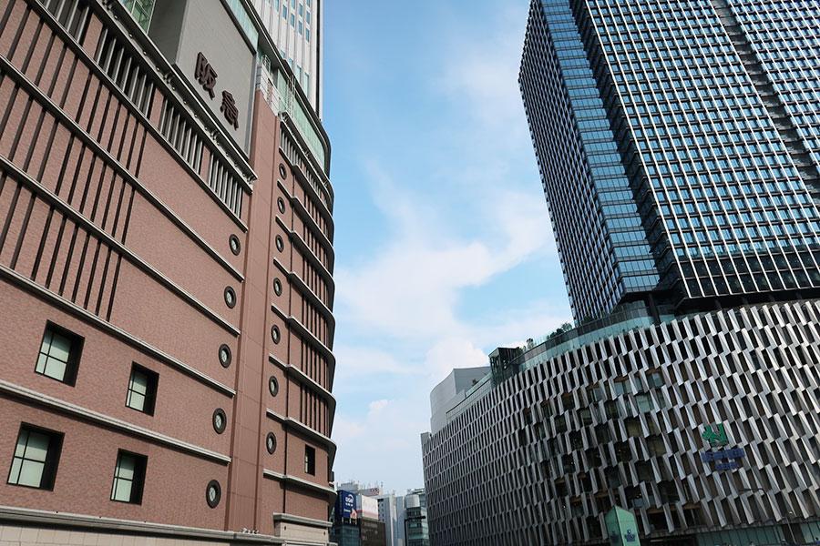 左から阪急うめだ本店、阪神梅田本店(2021年8月1日撮影)