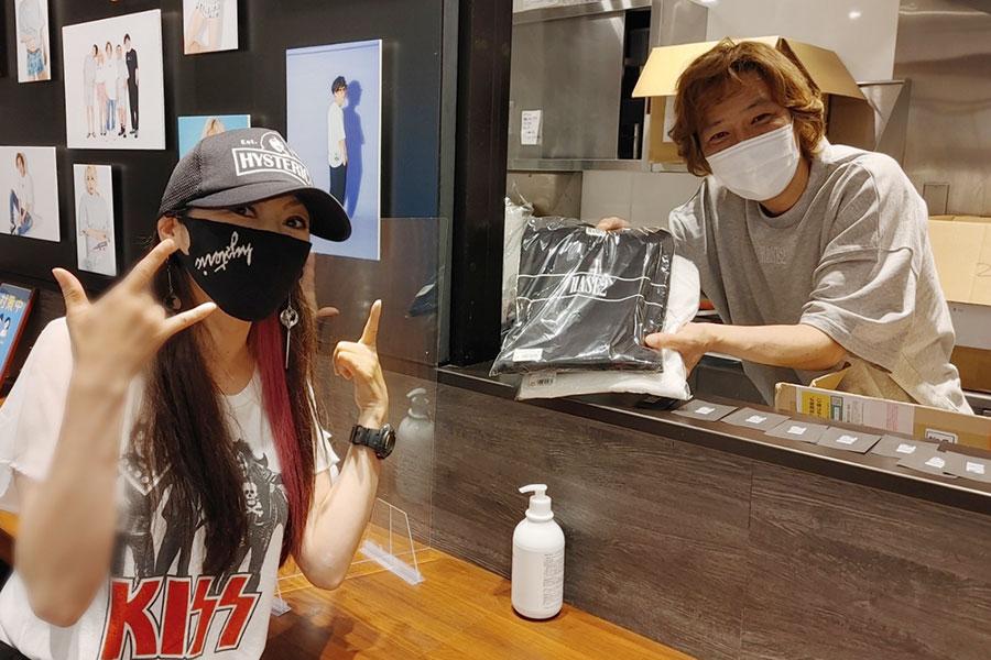 ヒステリックグラマーのアイテムを多数着用して訪れた女性と、接客する長谷兄(28日・なんばグランド花月)